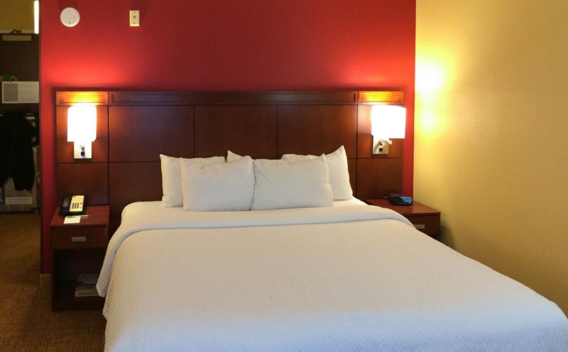 Das Bett im Standardzimmer im Courtyard Louisville Downtown