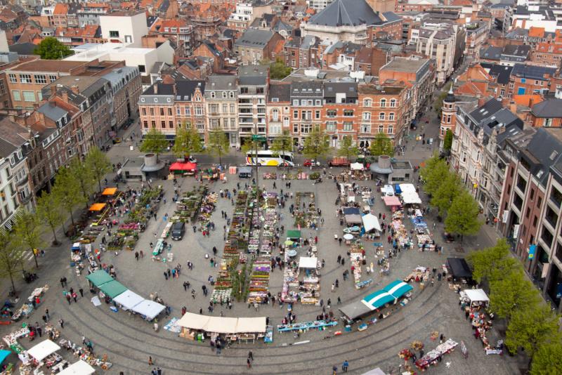 Blumenmarkt vor der Universitätsbibliothek in Leuven