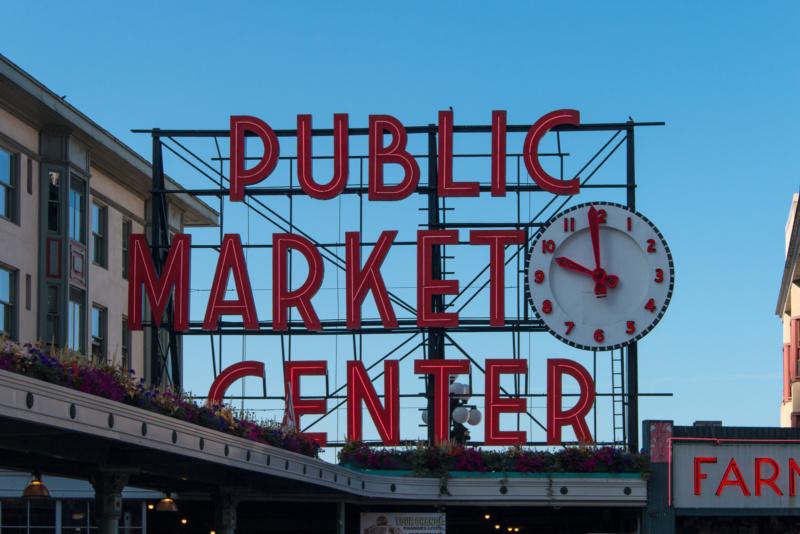 Das berühmte Schild am Eingang des Pike Place Market
