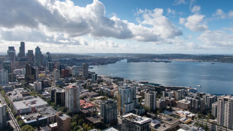 Aussicht von der Space Needle auf die Innenstadt Seattles und den Puget Sound
