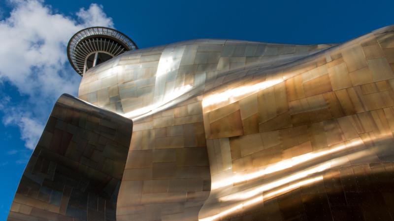 EMP Museum mit der Space Needle im Hintergrund