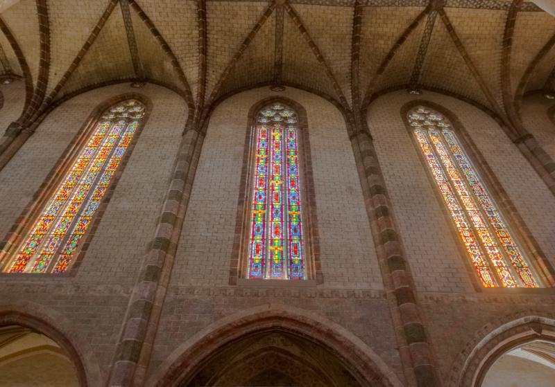 Die leuchtenden Glasfenster im inneren des Jakobinerkonvents