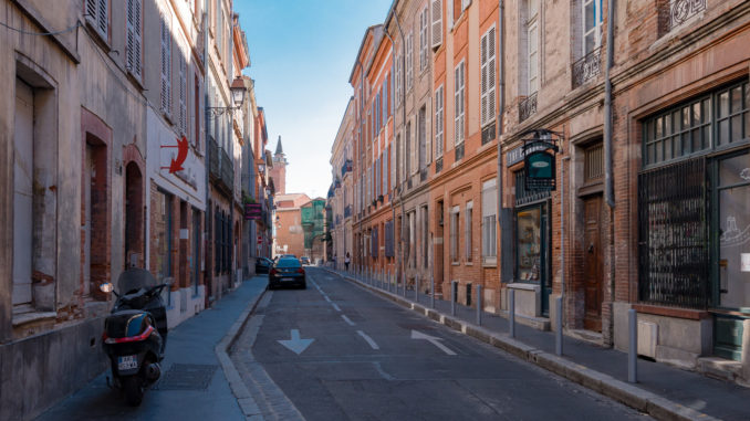 Rue Lakanal mit Turm des Hôtel de Bernuy im Hintergund