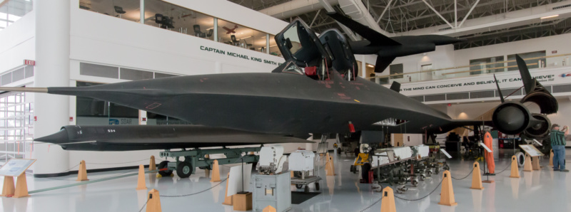 """Lockheed SR-71 """"Blackbird"""" mit """"Zubehör"""" und geöffneter rechter Triebwerks-Cowling"""