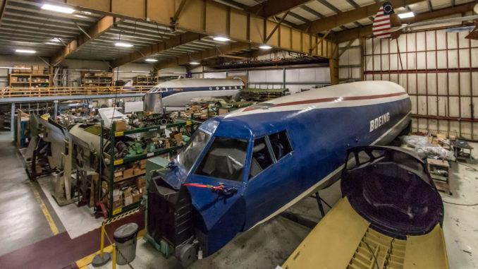 Blick in den Hangar des Boeing Restoration Centers am Paine Field in Everett