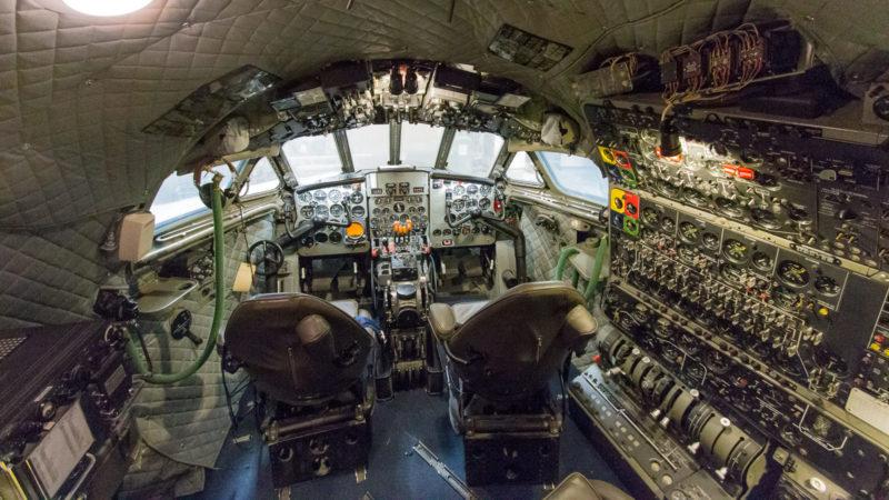 Blick ins bereits restaurierte Cockpit der De Havilland Comet im Boeing Restoration Center