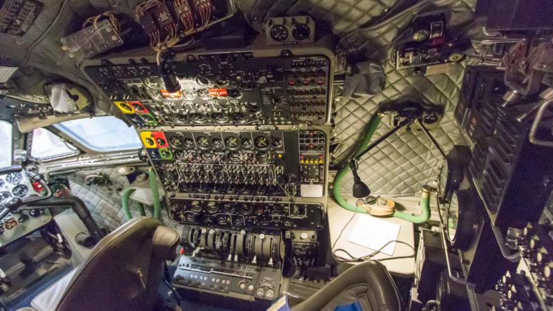 Der Arbeitsplatz des Flugingenieurs im bereits restaurierte Cockpit der De Havilland Comet im Boeing Restoration Center