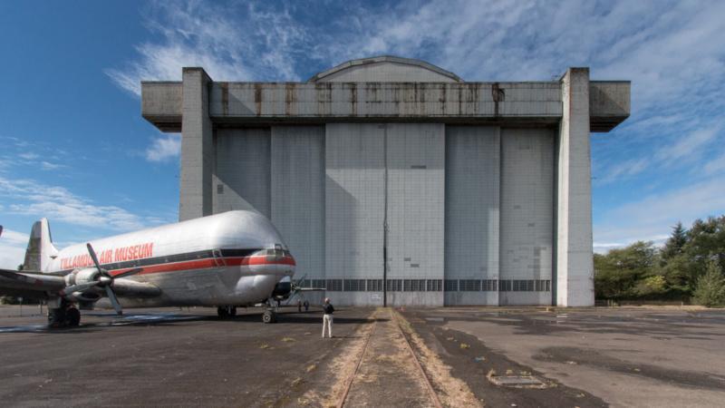 Vor der riesigen Luftschiffhalle wirkt selbst eine Mini Guppy winzig