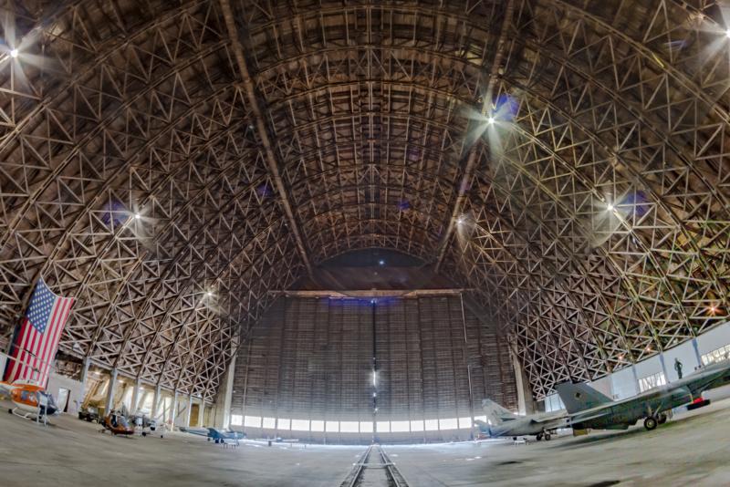 Die hölzerne Lufhtschiffhalle des Tillamook Air Museum von Innen