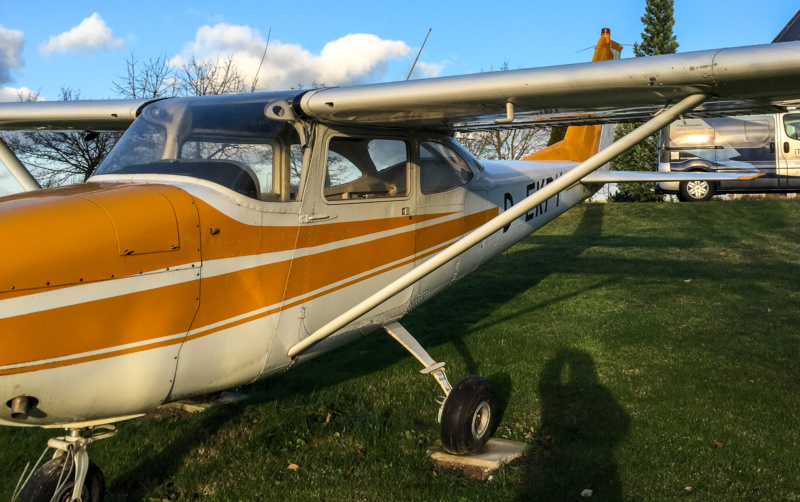 Alte Cessna vor dem Simulator-Zentrum