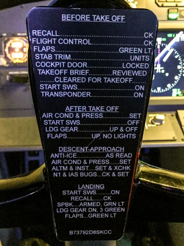 Checkliste auf dem Steuerhorn der Boeing 737