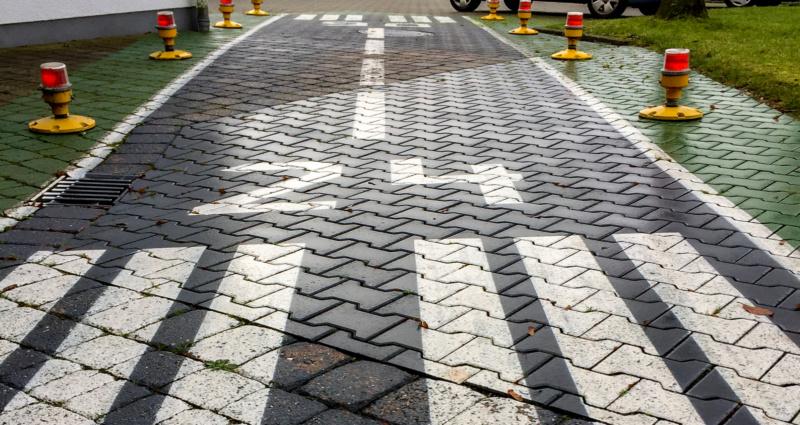 """""""Runway"""" 06/24 vor dem Simulator-Zentrum"""