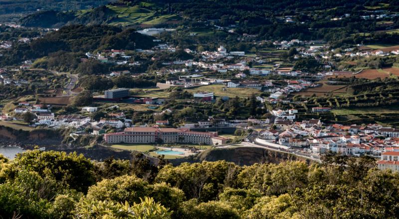 Blick vom Monte Brasil auf das Terceira Mar Hotel