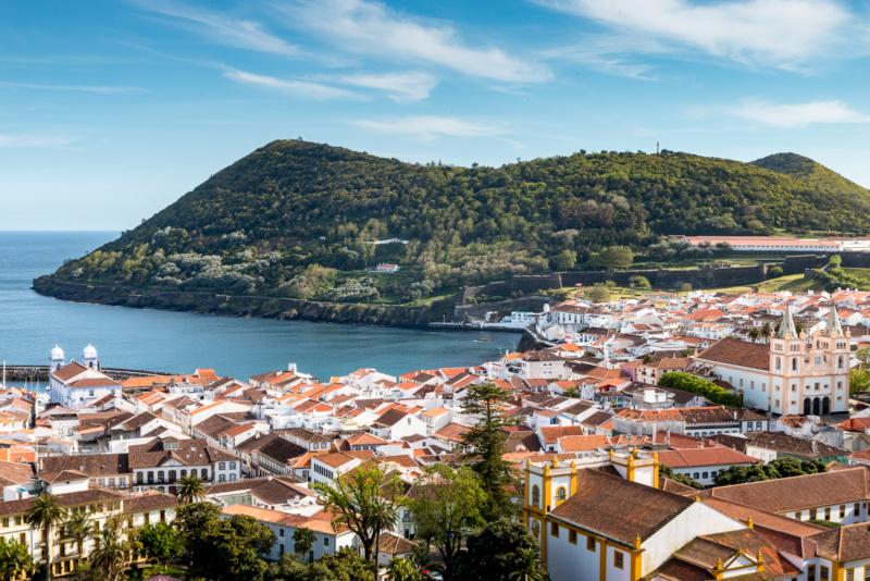 Blick auf die Altstadt von Angra do Heroísmo und den Hausberg Monte Brasil