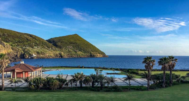 Blick aus dem Zimmer aufs Meer und den Swimming Pool des Terceira Mar Hotel