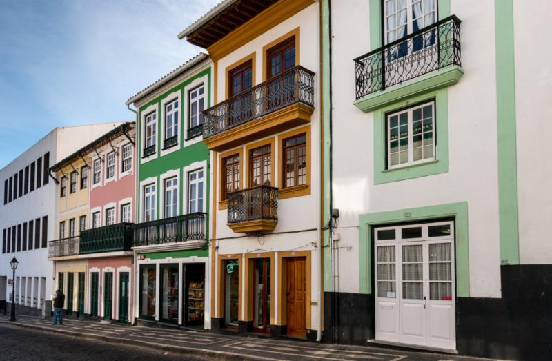 Typische Haus-Fassaden in der Altstadt von Angra do Heroísmo
