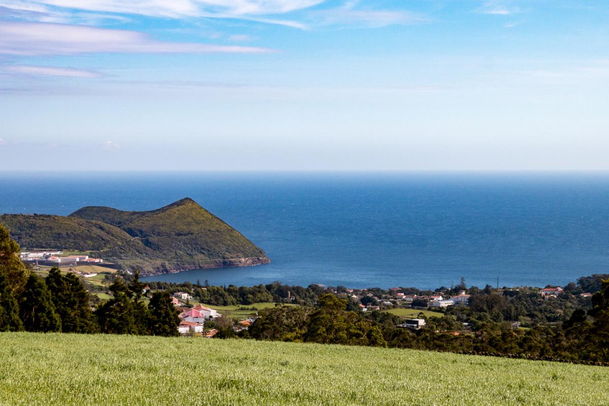 Terceira - Grün und Blick aufs Meer