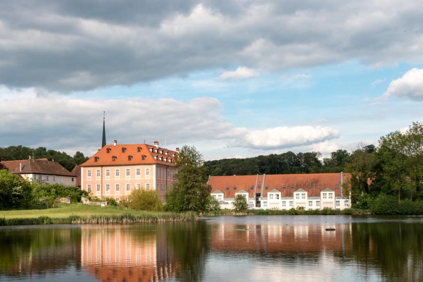 Blick über den Weiher auf das Lindner Hotel Schloss Reichmannsdorf