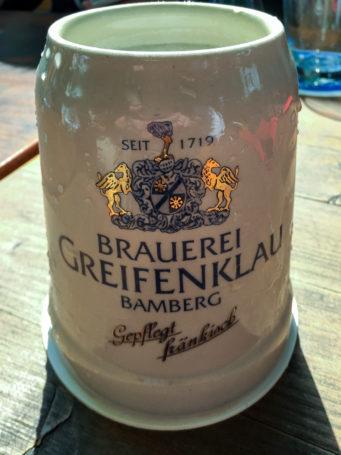 Ein Frischgezapftes in der Brauerei Greifenklau