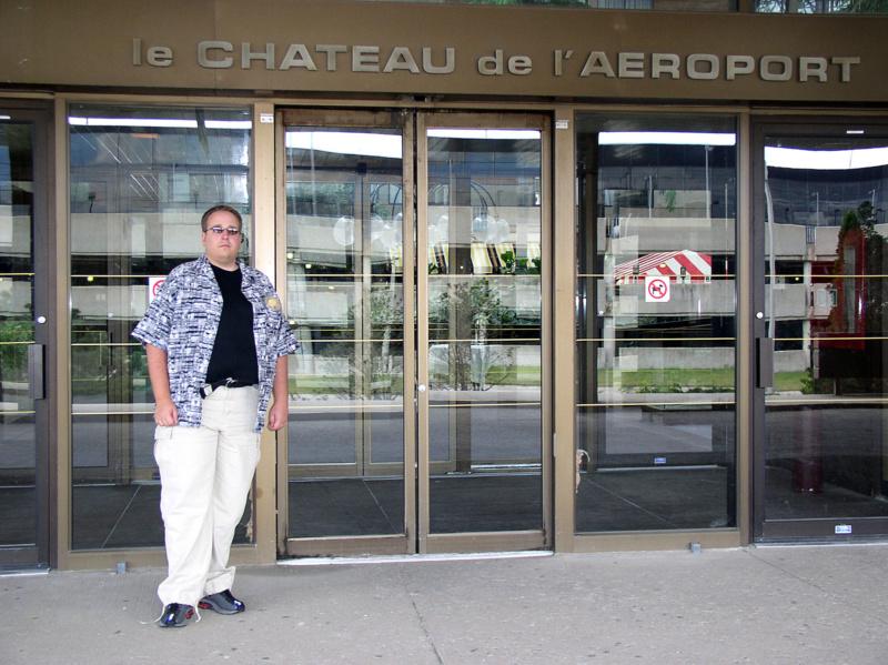 Nick ein paar Jahre später vor dem Hotel, Foto: Niclas Bocionek
