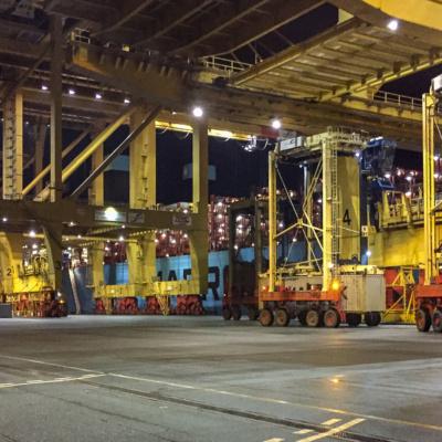 Containerbrücken und Van Carrier im Containerhafen