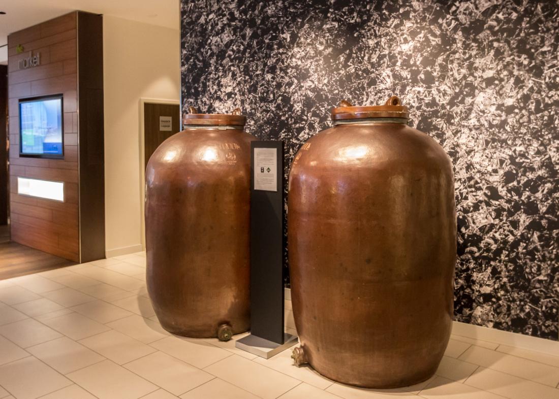 Die alten Gärbehälter für die Afri Cola Essenzen in der Lobby