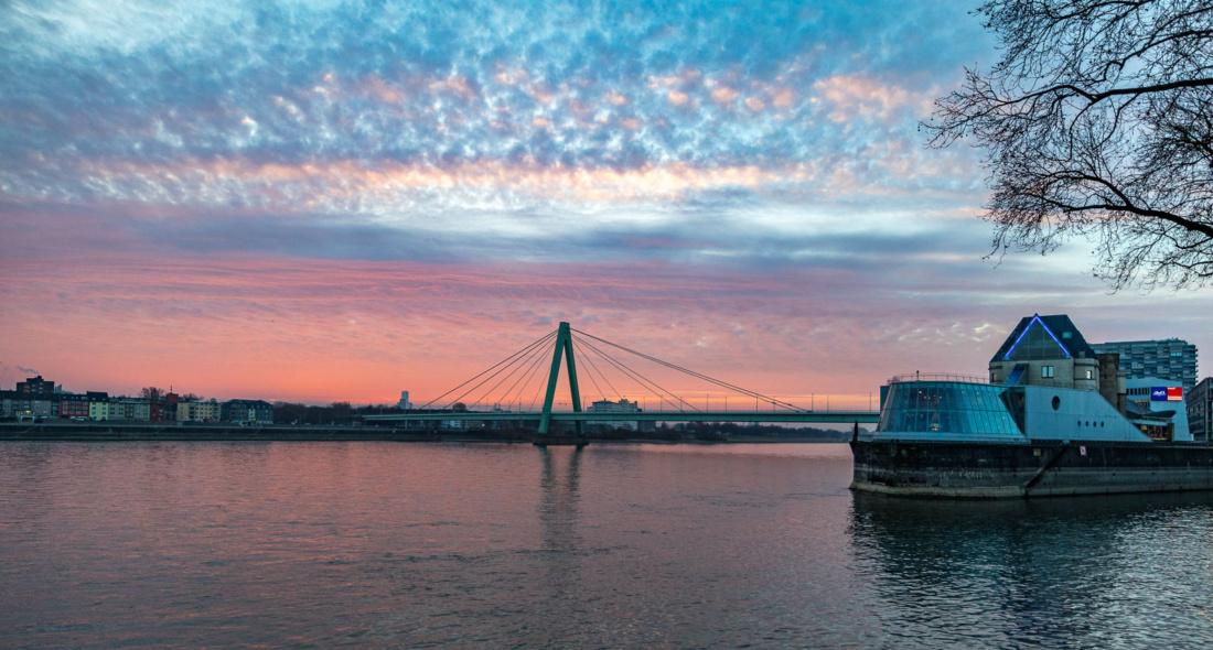 Sonnenaufgang über Severinsbrücke, Schokoladenmuseum und Rhein