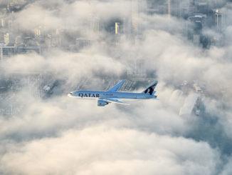 Boeing 777 der Qatar Airways über der Innenstadt von Auckland, Foto: Qatar Airways