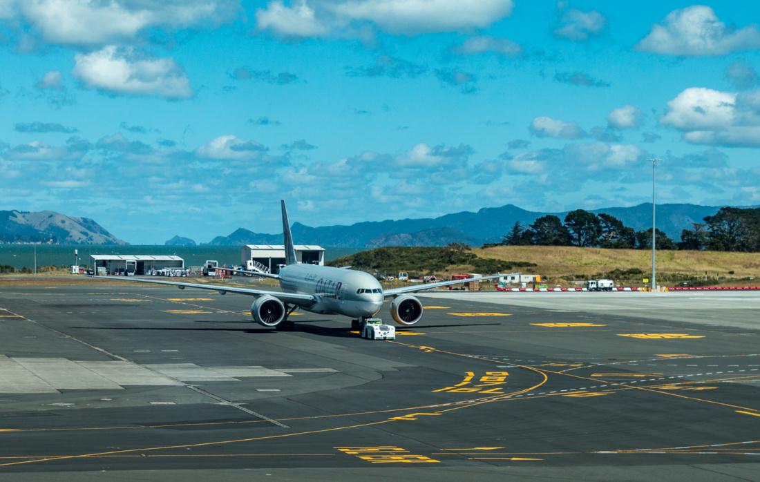 Die Boeing 777-200LR (A7-BBH) steht schon bereit