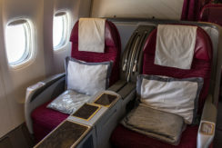 Fenster-Reihe in der Qatar Airways Business Class an Board der Boeing 777-200LR