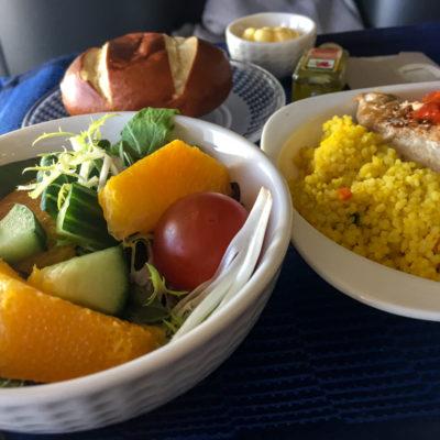 Das Grillhähnchen mit Salat vor der Landung