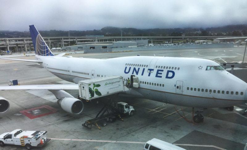 Die Boeing 747-400 (N119UA) steht schon bereit