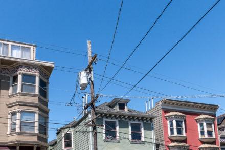Kabelgewirr über der Straße
