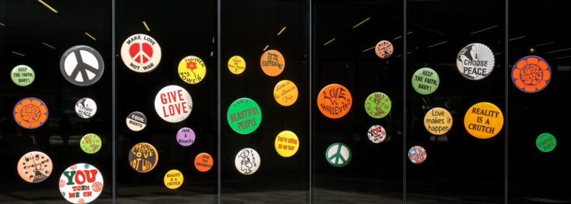 "Überdimensionale Buttons der ""Summer of Love Experience"" im de Young Museum"