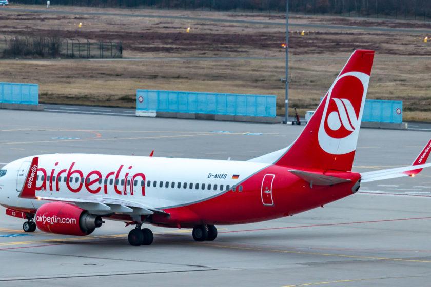 Eine TuiFly Boeing 737 (D-AHXG) im AirBerlin-Farbenkleid