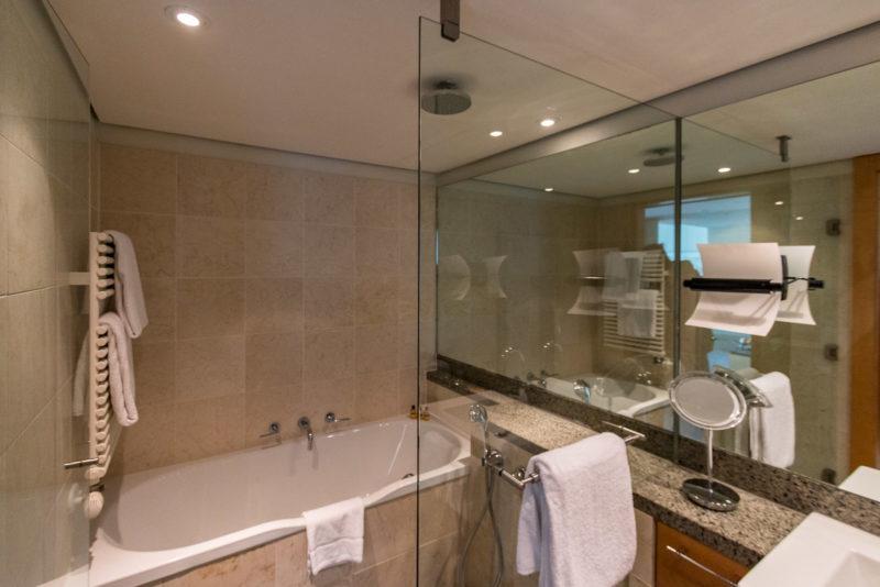 Badewanne und Dusche im Hyatt Regency Mainz