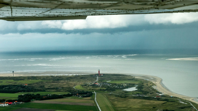 Da steht er, der Leuchtturm von Texel aus der Luft...