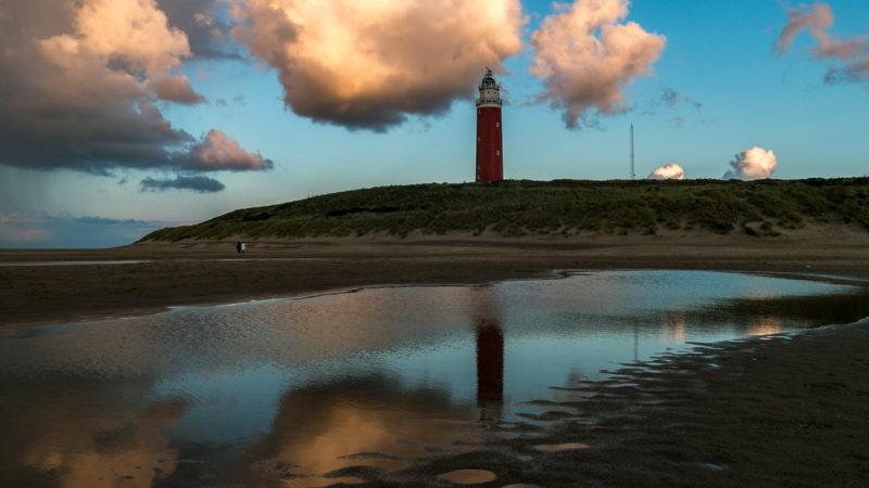 Der Leuchtturm von Texel und sein Spiegelbild