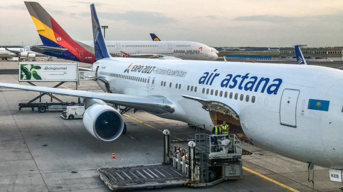 Die Boeing 767 (P4-KEB ) der Air Astana vor dem Boarding in Frankfurt