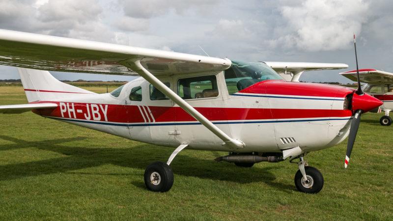 Die Cessna (PH-JBY) steht zum Einsteigen bereit