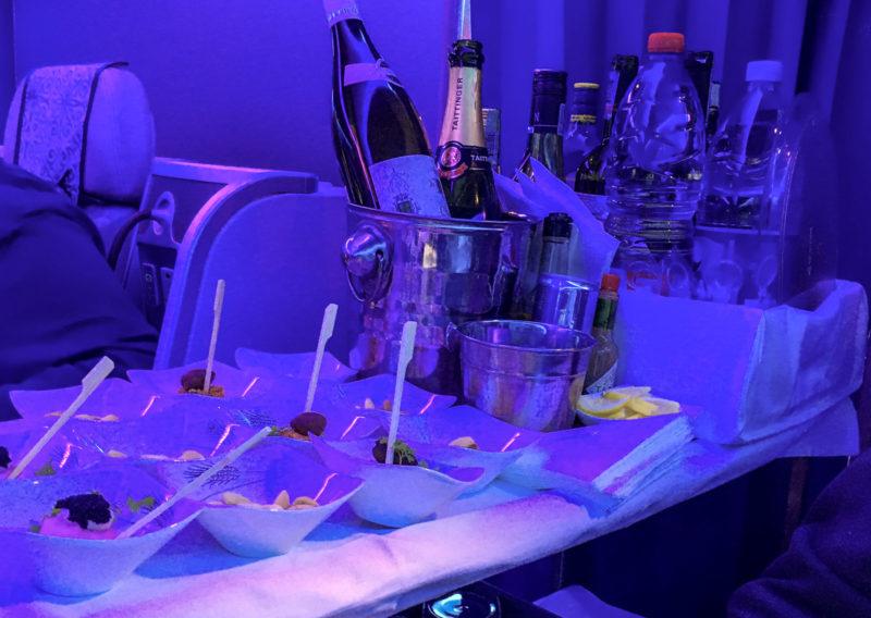 Die Getränke und der Gruß aus der Küche werden bei Air Astana vom Servierwagen und nicht vom Trolley kredenzt