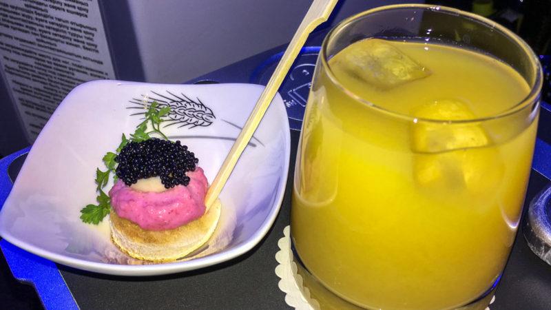 Ein kleiner Happen mit Kaviar und ein Screwdriver