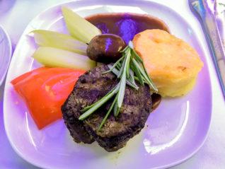 Filet Steak als Hauptgang in der Business Class der Air Astana auf dem Rückflug von Astana nach Frankfurt