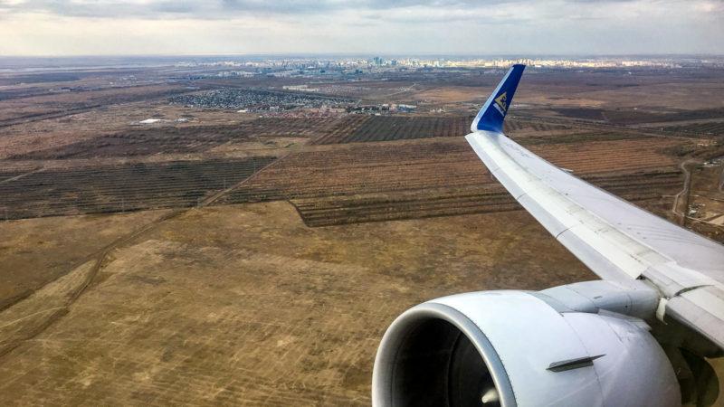 Kurz nach dem Take Off vor der Skyline von Astana