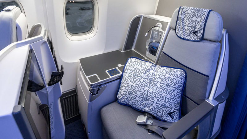 Neben den Business Class Sitzen an den Fenstern ist eine große Ablagefläche bei Air Astana