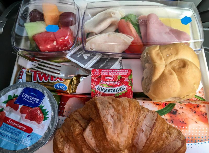 Das Frühstück auf dem Rückflug mit Condor von Fort-de-France (FDF) über Bridgetown (BGI) auf Barbados nach München (MUC)