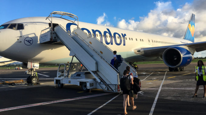 Die Boeing 767 (D-ABUB) der Condor steht am Flughafen Fort-de-France (FDF) auf Martinique zum Einsteigen bereit