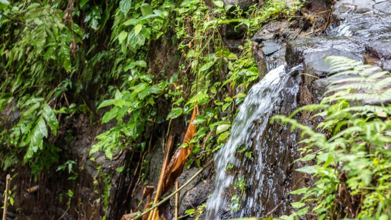 Ein kleiner Wasserfall in der Nähe des Maison Rousse