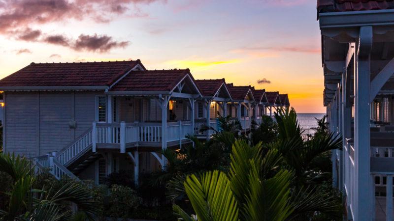 Sonnenuntergang über der Anlage des Hotels Le Bambou