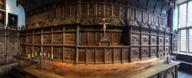 Bürgermeistertisch und Stirnwand im Friedenssaal des historischen Rathauses in Münster